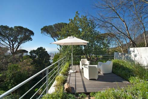 Roof Garden & Patio:  Patios by Van der Merwe Miszewski Architects