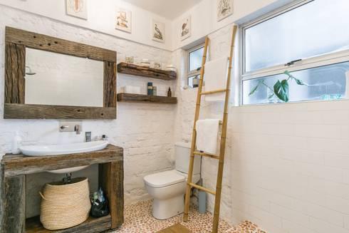 Beach Retreat: eclectic Bathroom by Studio Do Cabo