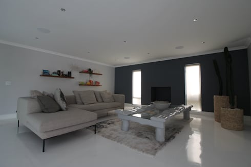Entertainment Lounge: modern Living room by Projector & Sound Services (PTY) Ltd