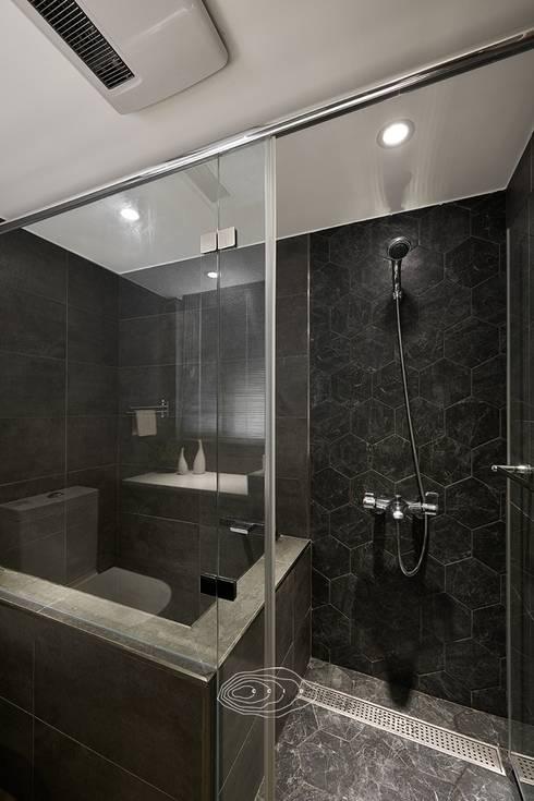 將卡通人物融合家的一份子:  浴室 by 層層室內裝修設計有限公司