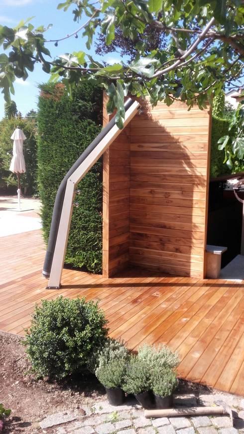 TEAK BRASILIANO: Pavimento e doccia esterni: Pavimento in stile  di ONLYWOOD