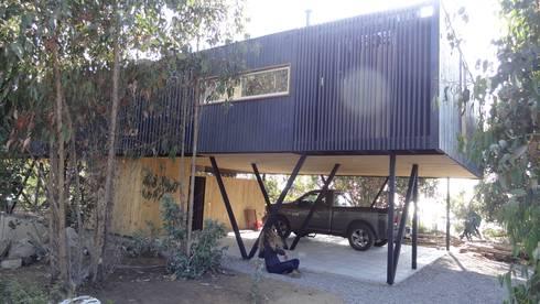 Casa QV: Garages de estilo mediterraneo por m2 estudio arquitectos