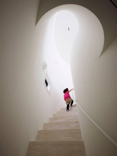 光舞台の家: FUTURE STUDIOが手掛けた階段です。