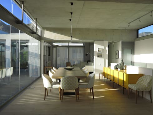 Dining Room & TV Lounge: modern Dining room by Van der Merwe Miszewski Architects