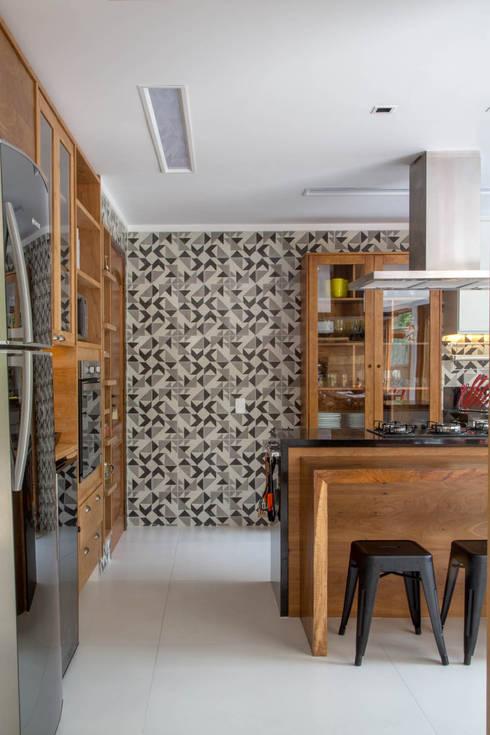 CASA EM CAMBOINHAS: Cozinhas  por Raquel Junqueira Arquitetura