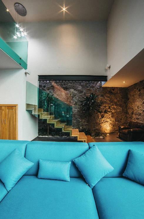 CASA HERRADURA: Salas de estilo moderno por Zona Arquitectura Más Ingeniería