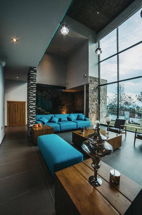 CASA HERRADURA: Salas de estilo  por Zona Arquitectura Más Ingeniería