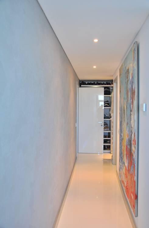 Suite do casal: Corredores e halls de entrada  por Nuno Ladeiro, Arquitetura e Design