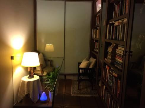 Loft Library at stairwell:  Corridor, hallway by FINE ART LIVING PTE LTD