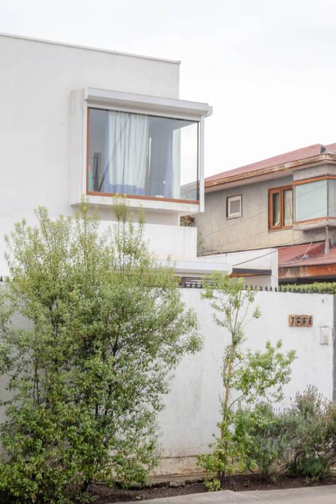 Fachada Acceso Sur - Vista desde calle de 2º piso: Casas unifamiliares de estilo  por Arqbau Ltda.