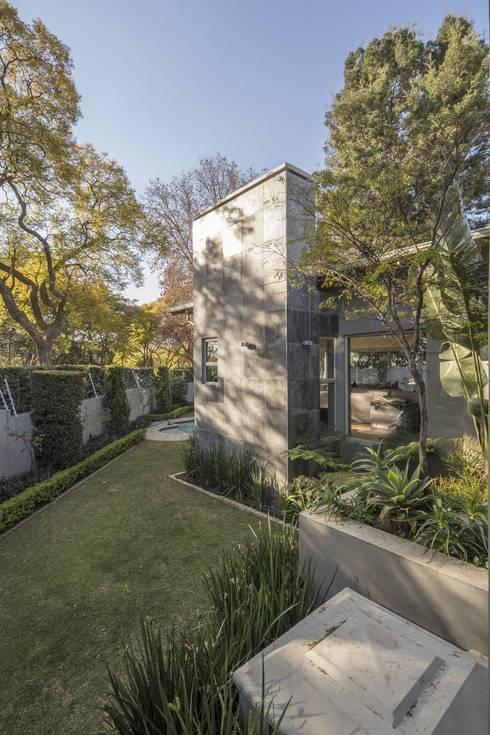 Fresh Green Garden:  Front yard by Spegash Interiors