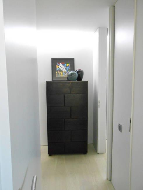 Corredor de acesso aos quartos : Corredores e halls de entrada  por Tangerinas e Pêssegos - Design de Interiores & Decoração no Porto