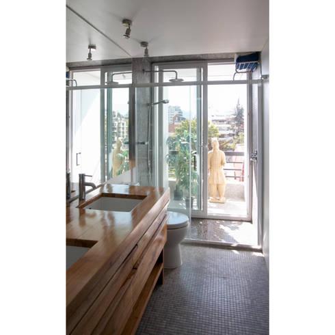 Departamento Las Hortencias: Baños de estilo moderno por Crescente Böhme Arquitectos