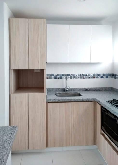 Torre de microondas y despensa: Cocinas integrales de estilo  por Remodelar Proyectos Integrales