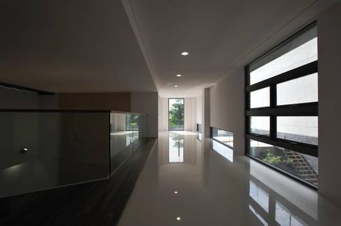 室內設計   SF House:  走廊 & 玄關 by 黃耀德建築師事務所  Adermark Design Studio