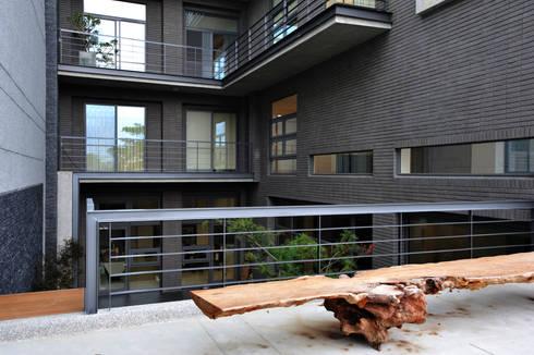外觀整建   SF House:  露臺 by 黃耀德建築師事務所  Adermark Design Studio