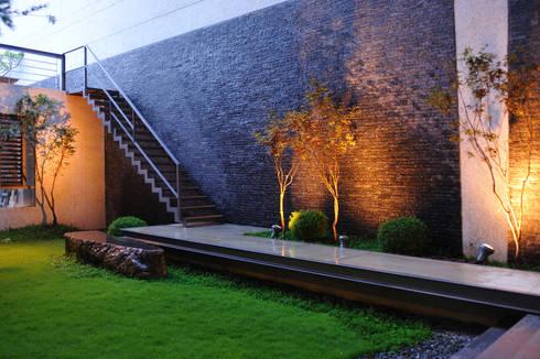 外觀整建   SF House:  庭院 by 黃耀德建築師事務所  Adermark Design Studio