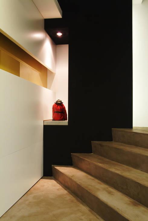室內設計  德爵廚具體驗館:  樓梯 by 黃耀德建築師事務所  Adermark Design Studio