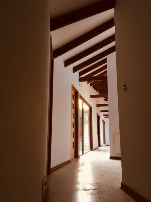Vista Pasillo Dormitotrios: Pasillos y hall de entrada de estilo  por Nomade Arquitectura y Construcción spa