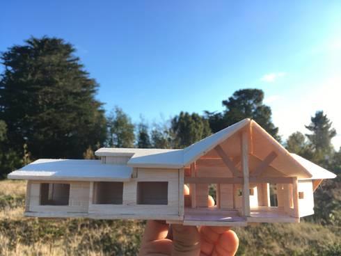 Maqueta en Terreno Vista Norte a Sur: Chalets de estilo  por Nomade Arquitectura y Construcción spa