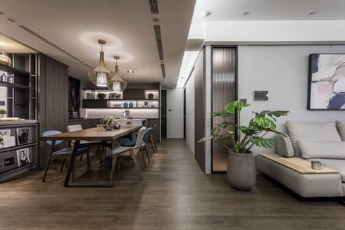 原木質感 英式色調 人文氣韻現代宅:  餐廳 by 合觀設計