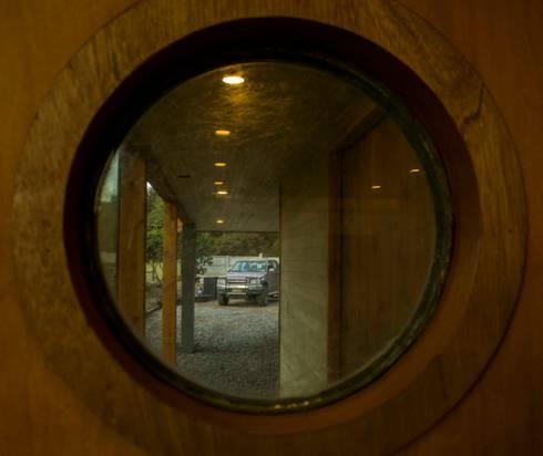 Ventana Redonda: Ventanas de madera de estilo  por PhilippeGameArquitectos
