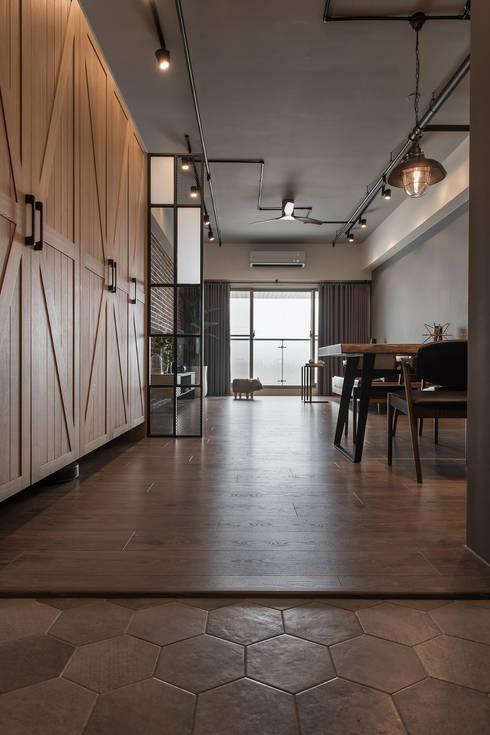 遊憩:  走廊 & 玄關 by 詩賦室內設計