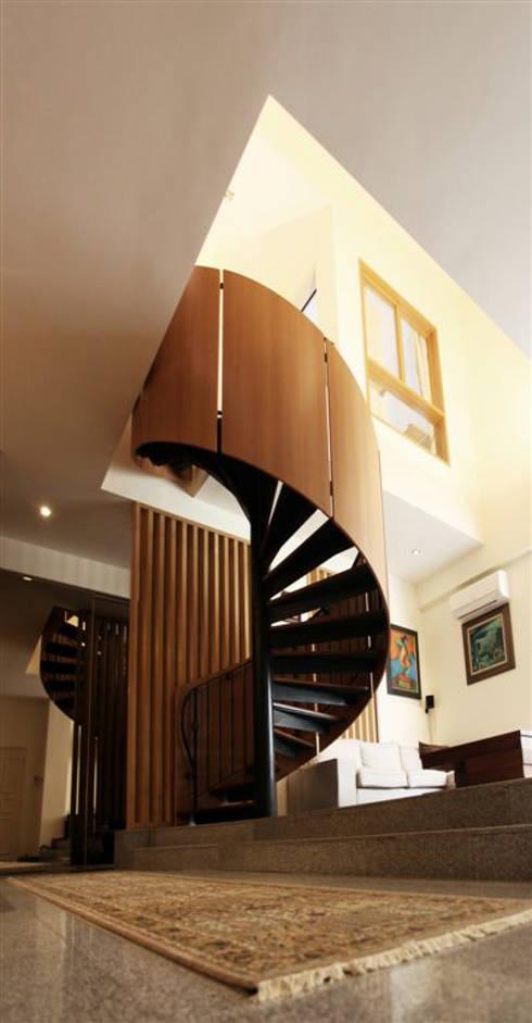 Singapore Penthouse:  Tangga by WOSO Studio