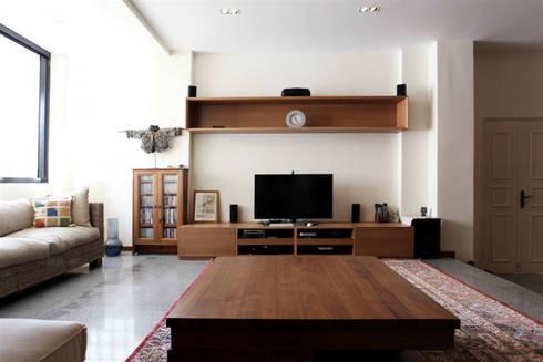 Singapore Penthouse:  Ruang Keluarga by WOSO Studio