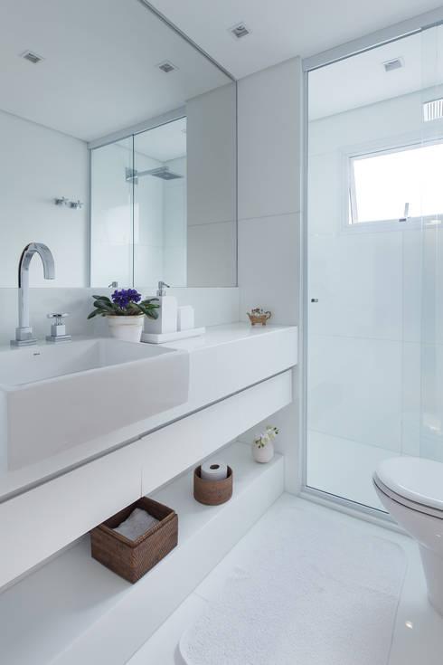 Apartamento CB: Banheiros minimalistas por Flavia Castellan Arquitetura