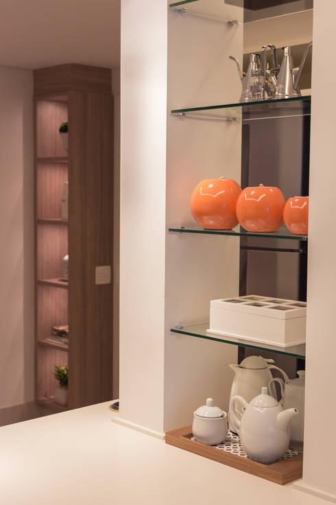 Apartamento CB: Armários e bancadas de cozinha  por Flavia Castellan Arquitetura
