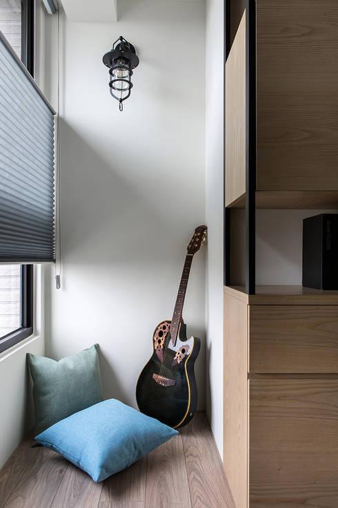 悠遊:  書房/辦公室 by 詩賦室內設計