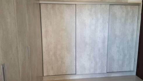 現代風。竹北:  更衣室 by 藝舍室內裝修設計工程有限公司