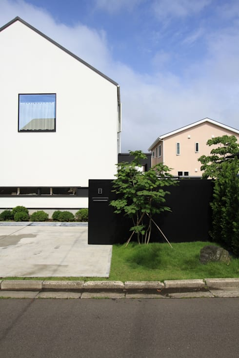 外観アプローチ: 石川淳建築設計事務所が手掛けた木造住宅です。