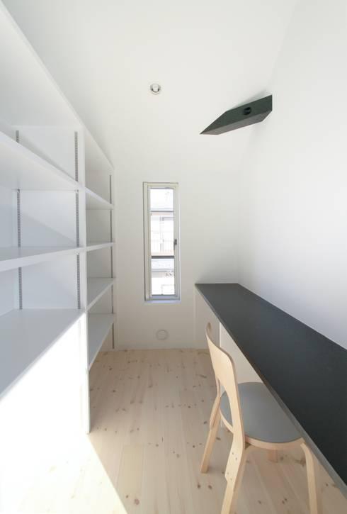 家事室: 石川淳建築設計事務所が手掛けた書斎です。