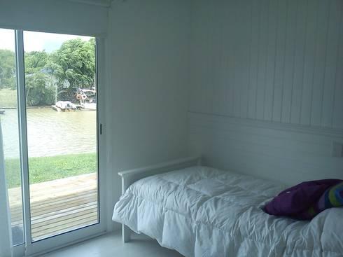 Casa en el Delta: Dormitorios de estilo moderno por 2424 ARQUITECTURA