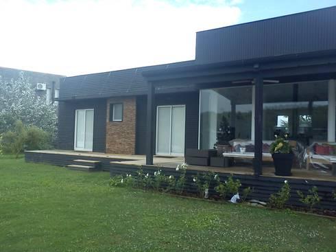 Casa en el Delta: Casas de estilo moderno por 2424 ARQUITECTURA