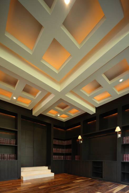 Plafones en Biblioteca: Estudio de estilo  por Lazza Arquitectos