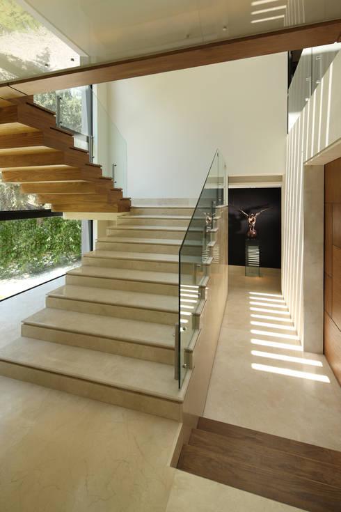 Escaleras de madera y marmol: Escaleras de estilo  por Lazza Arquitectos