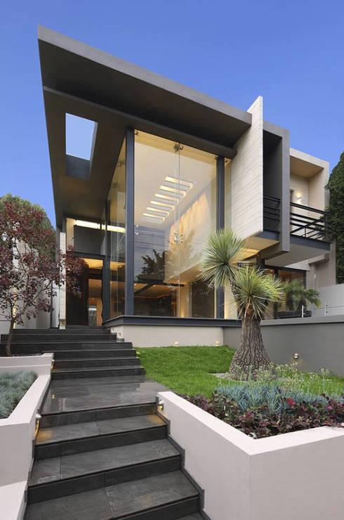 Escaleras: Casas unifamiliares de estilo  por Lazza Arquitectos