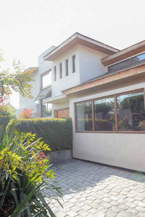 Remodelación y Ampliación de Casa Hernando de Magallanes por Arqbau: Casas unifamiliares de estilo  por Arqbau Ltda.
