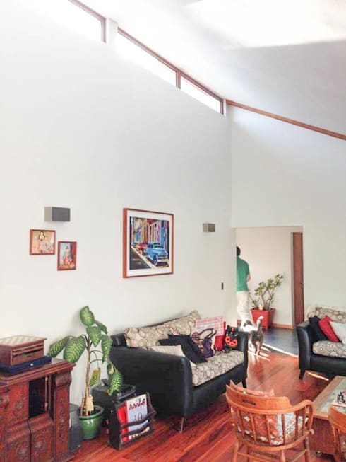 Living con doble altura: Livings de estilo  por Arqbau Ltda.