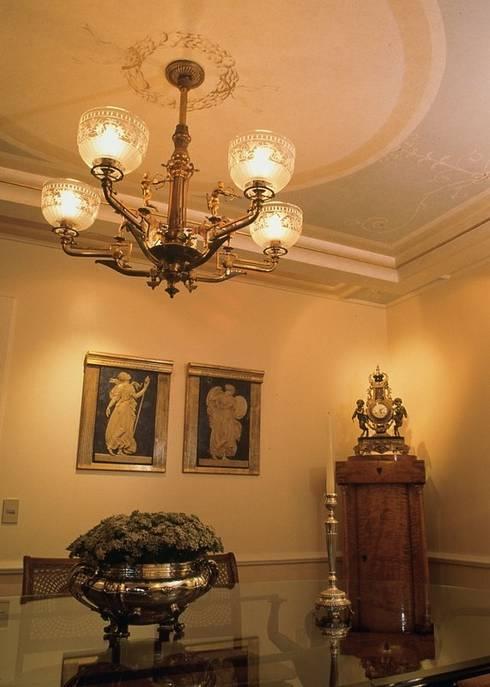 Rádica Latão e bronze: Salas de jantar clássicas por ADO arquitetura