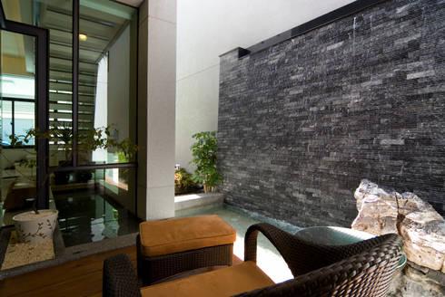 建築設計 台南 薩瓦原墅:  牆面 by 黃耀德建築師事務所  Adermark Design Studio