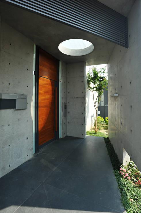 入口大門:  別墅 by 黃耀德建築師事務所  Adermark Design Studio