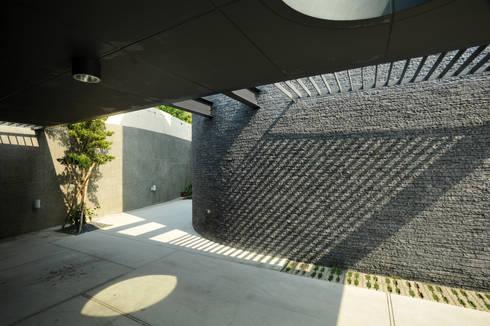 建築設計 豐原 WL House:  車庫/遮陽棚 by 黃耀德建築師事務所  Adermark Design Studio