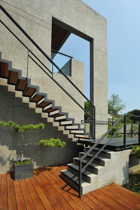 懸梯:  樓梯 by 黃耀德建築師事務所  Adermark Design Studio