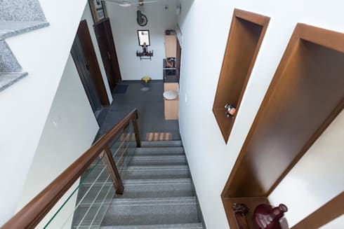 Corridor & hallway by Synergy Architecture and Interiors