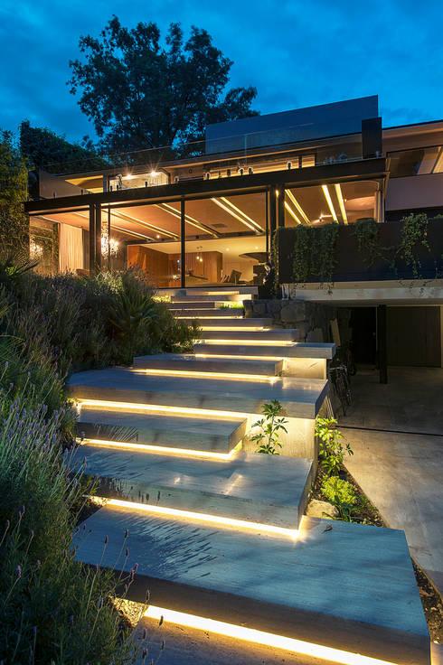 Entrada principal: Escaleras de estilo  por Paola Calzada Arquitectos