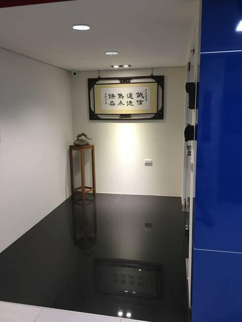 入口玄關:  書房/辦公室 by houseda